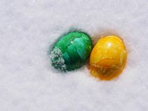 Huevos de Pascua en nieve Imagenes de archivo
