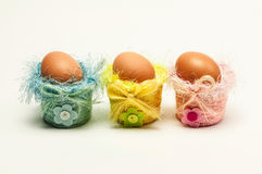 Huevos de Pascua en pequeñas cestas decorativas Imagen de archivo libre de regalías