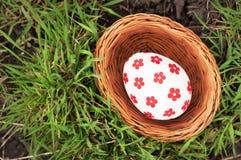 Huevos de Pascua en cesta en hierba Imagen de archivo