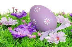 Huevos de Pascua en prado de la flor Fotos de archivo libres de regalías