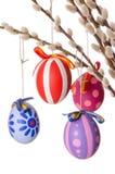 Huevos de Pascua en ramo del sauce con los amentos, verticales Imágenes de archivo libres de regalías
