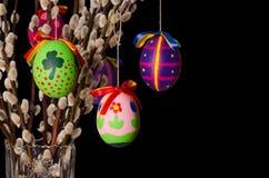 Huevos de Pascua en ramo del sauce en fondo negro Imagenes de archivo