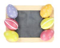 Huevos de Pascua en tablero vacío Imágenes de archivo libres de regalías