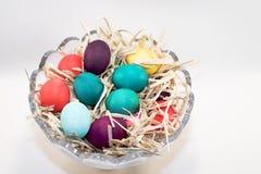 Huevos de Pascua en tazón de fuente Fotografía de archivo