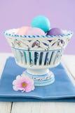 Huevos de Pascua en tazón de fuente Imagenes de archivo
