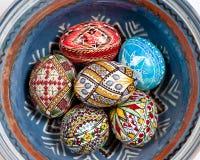 Huevos de Pascua en tazón de fuente azul Foto de archivo libre de regalías