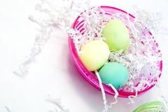 Huevos de Pascua en tazón de fuente rosado Fotos de archivo