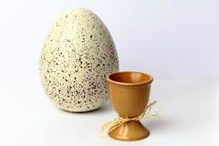 Huevos de Pascua en tazas Foto de archivo libre de regalías