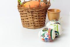 Huevos de Pascua en tazas Fotografía de archivo