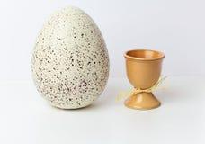 Huevos de Pascua en tazas Imagen de archivo libre de regalías
