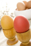 Huevos de Pascua en tazas de madera Imagenes de archivo