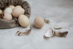 Huevos de Pascua en un bolso de la lona en un fondo gris foto de archivo libre de regalías
