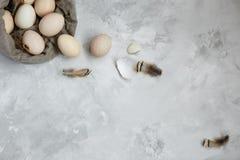 Huevos de Pascua en un bolso de la lona en un fondo gris imagen de archivo