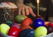Huevos de Pascua en un fondo blanco Imagen de archivo libre de regalías