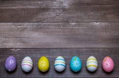 Huevos de Pascua en un fondo de madera fotografía de archivo