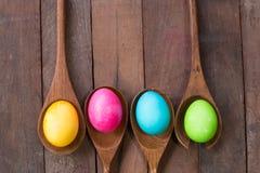 Huevos de Pascua en un fondo de madera de madera del kitchenwareand Foto de archivo libre de regalías