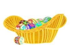 Huevos de Pascua en un mimbre de la cesta Imagen de archivo libre de regalías