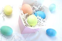 Huevos de Pascua en un rectángulo Fotos de archivo libres de regalías