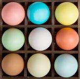 Huevos de Pascua en un rectángulo de las impresoras Imagenes de archivo