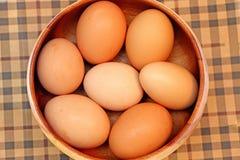 Huevos de Pascua en un tazón de fuente de madera Foto de archivo libre de regalías