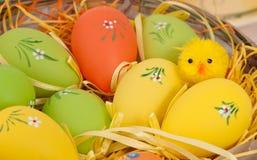 Huevos de Pascua en una cesta Fotos de archivo libres de regalías