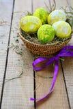 Huevos de Pascua en una cesta Fotografía de archivo