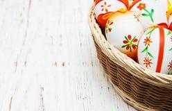 Huevos de Pascua en una cesta Foto de archivo