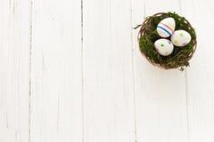 Huevos de Pascua en una cesta Fotografía de archivo libre de regalías