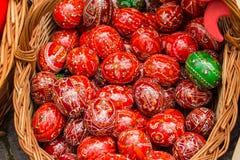 Huevos de Pascua en una cesta Imagen de archivo