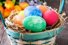Huevos de Pascua en una cesta Imagen de archivo libre de regalías
