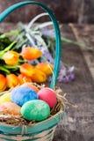 Huevos de Pascua en una cesta Foto de archivo libre de regalías