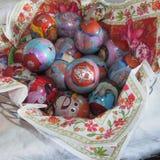 Huevos de Pascua en una cesta Imagenes de archivo