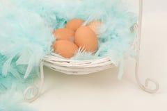 Huevos de Pascua en una cesta blanca Imagen de archivo