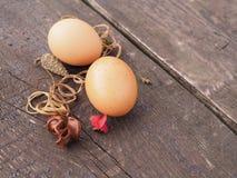 Huevos de Pascua en una cesta con las decoraciones en la tabla imagen de archivo