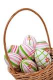 Huevos de Pascua en una cesta de la esquina Imagen de archivo