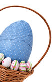 Huevos de Pascua en una cesta de la esquina Fotos de archivo