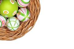 Huevos de Pascua en una cesta de la esquina Imagenes de archivo
