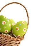 Huevos de Pascua en una cesta de la esquina Foto de archivo libre de regalías