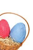 Huevos de Pascua en una cesta de la esquina Fotos de archivo libres de regalías