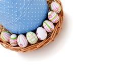 Huevos de Pascua en una cesta de la esquina superior Imagen de archivo