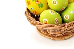 Huevos de Pascua en una cesta de la esquina superior Foto de archivo libre de regalías