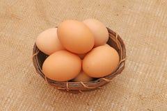 Huevos de Pascua en una cesta de madera Imagen de archivo libre de regalías
