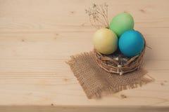 Huevos de Pascua en una cesta de mimbre Foto de archivo libre de regalías