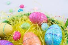 Huevos de Pascua en una cesta de pascua Imagenes de archivo