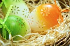 Huevos de Pascua en una cesta, fondo de pascua Fotos de archivo libres de regalías
