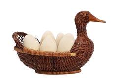 Huevos de Pascua en una cesta de mimbre mimbre del pato Huevo de madera imagenes de archivo