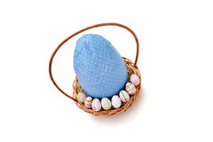 Huevos de Pascua en una cesta - opinión de alto ángulo Fotografía de archivo