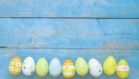 Huevos de Pascua en una fila Imagen de archivo libre de regalías