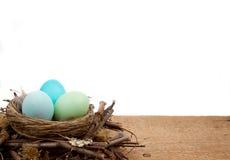 Huevos de Pascua en una jerarquía en un fondo blanco Foto de archivo