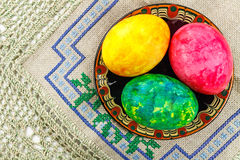 Huevos de Pascua en una placa en la tabla Imágenes de archivo libres de regalías